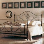 Спинка кровати также должна быть с резным узором