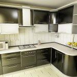 Угловая кухня с черными фасадам
