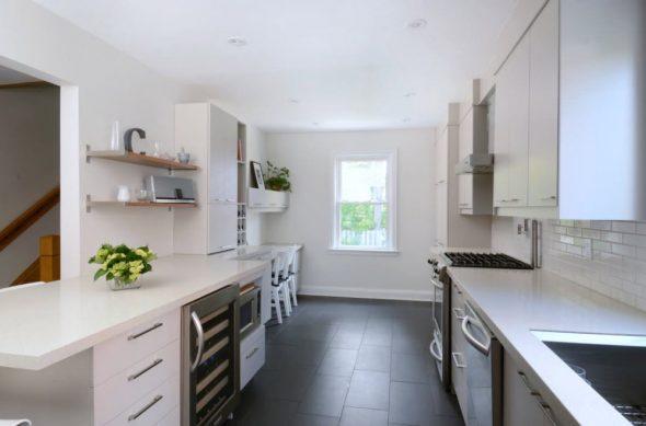 В светлом интерьере небольшой кухни