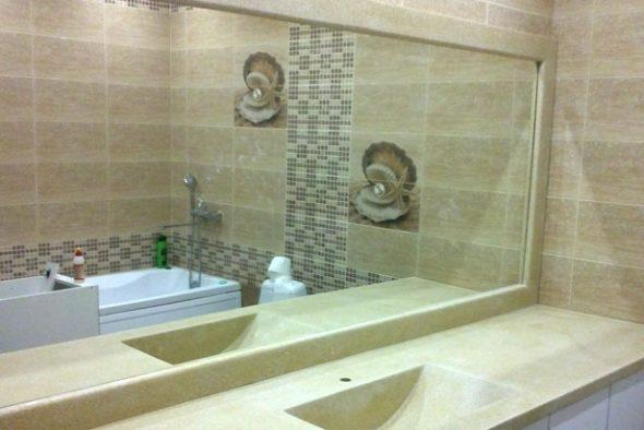В ванной комнате принято устанавливать довольно большие зеркала