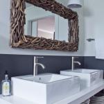 Зеркало, украшенное деревянными ветками