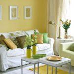 Желтые стены и белый диван