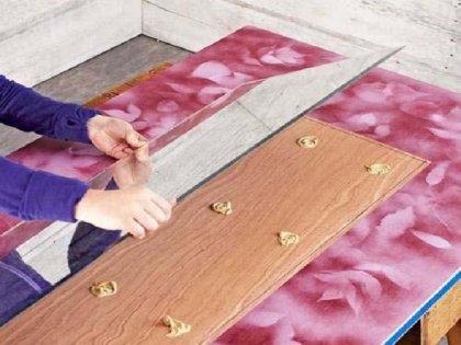 для дополнительной надежности фиксации клей наносят не только на дверцы