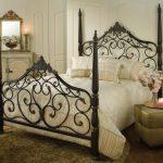 двухспальная кованая кровать в интерьере