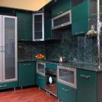 угловой шкаф на кухне изумрудный цвет