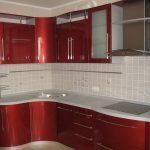 угловой шкаф на кухне красный