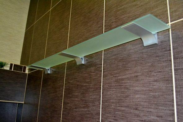 крепить стеклянную полку к стене
