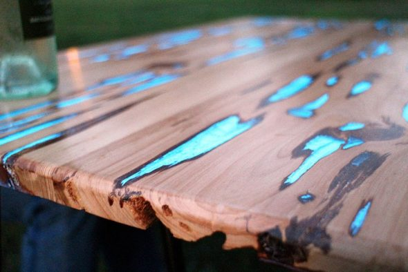 сделать светящейся стол из дерева и эпоксидной смолы