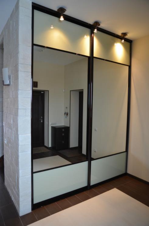 шкаф с зеркальными широкими дверьми
