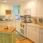 угловой шкаф на кухне светлой