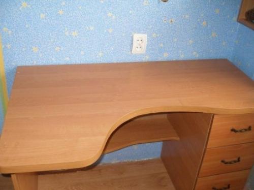Детский письменный стол с фигурной столешницей