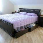 Двуспальная деревянная кровать с выдвижными ящиками