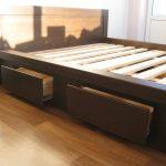 Двуспальная кровать с выдвижными ящиками на телескопических направляющих