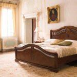Итальянская кровать из массива дерева