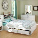 Кровать с выдвижными ящиками в интерьере комнати