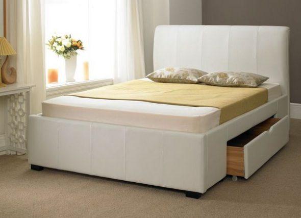 двуспальная кровать с выдвижными ящиками в интерьере