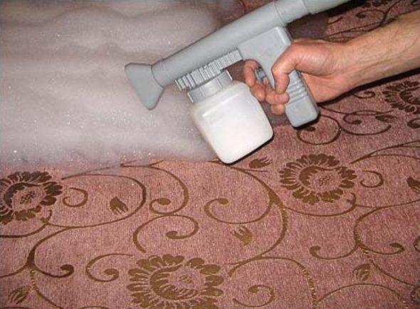 почистить мягкую мебель в домашних условиях от запаха