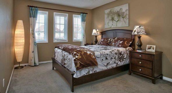 расположить кровать в маленькой спальне