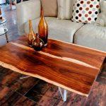 деревянный стол в интерьере