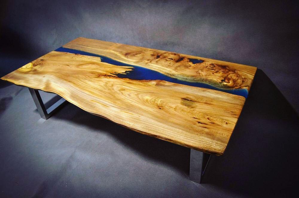 Журнальный столик из дерева и эпоксидной смолы