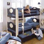 Двухъярусная детская кровать из дерева с дополнительным выдвижным местом