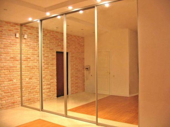 Большой зеркальный шкаф с подсветкой
