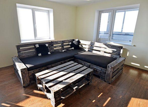 Стол и диван для гостиной