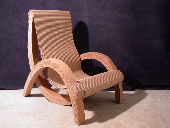 Фигурное кресло из картона