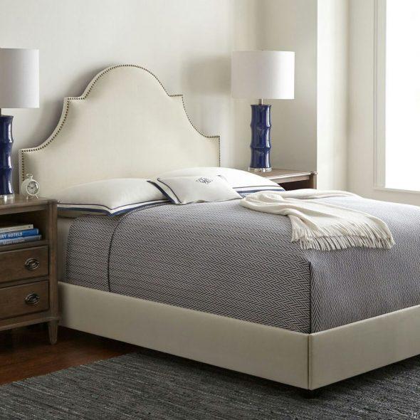 Кровать с изголовьем оригинальной формы