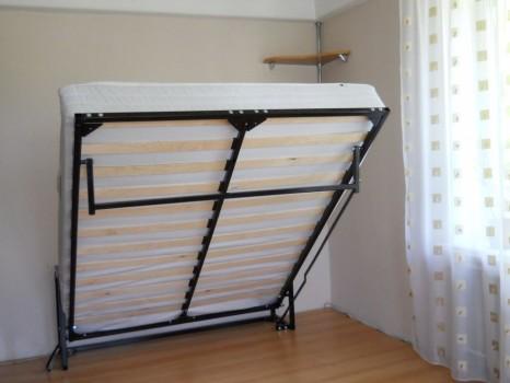 Подъемная кровать у стены