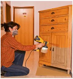 нанесение лака для мебели краскопультом