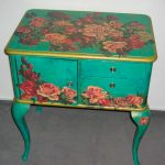 Реставрировать старую мебель своими руками, можно с помощью техники декупаж