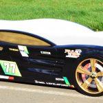 Большая черная гоночная машина-кровать