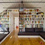 Большой книжный шкаф в комнате для приема гостей и отдыха