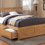 Деревянная кровать из дуба с выдвижными ящиками