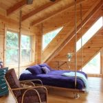 Деревянная кровать на мансардном этаже для спальни в стиле рустик