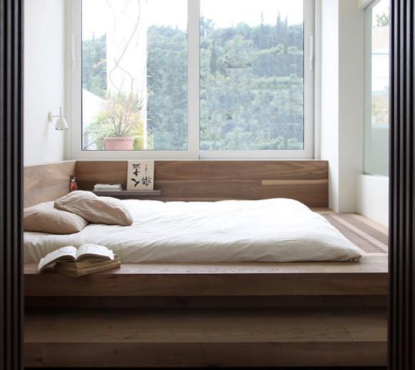 Деревянная кровать-подиум у окна