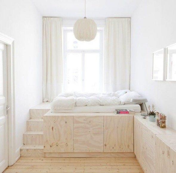 Деревянная кровать-подиум в маленькой спальне