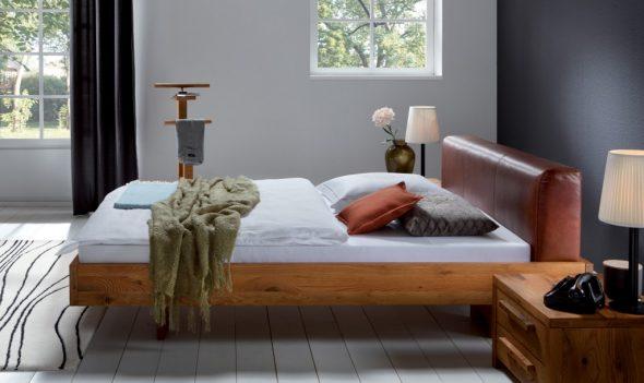 Деревянная кровать с мягким изголовьем