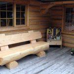 Деревянная скамейка у окна