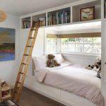 Детская кровать в нише у окна