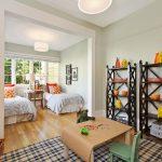 Детская спальня для двух детей с кроватями спинками к окну
