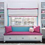 Девчачья комната с кроватью под окном