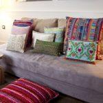 Диван без подлокотников с декоративными подушками