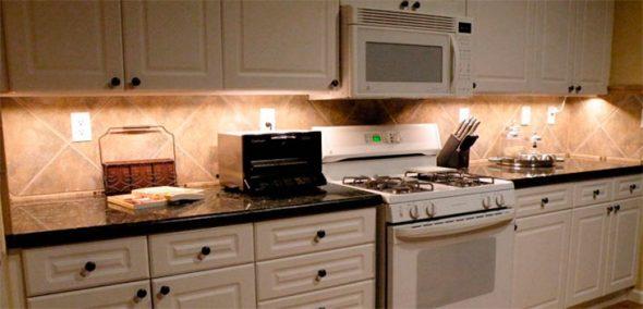 Дизайн белой кухни с подсветкой