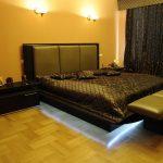 Эффектная кровать из натурального дерева и кожи с подсветкой