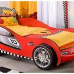 Гоночная машина-кровать в интерьере