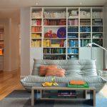 Гостиная с книжным шкафом для частного дома