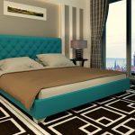 Классическая спальня с кроватью с мягкой спинкой