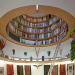 Книжная полка в потолке в виде иллюминатора